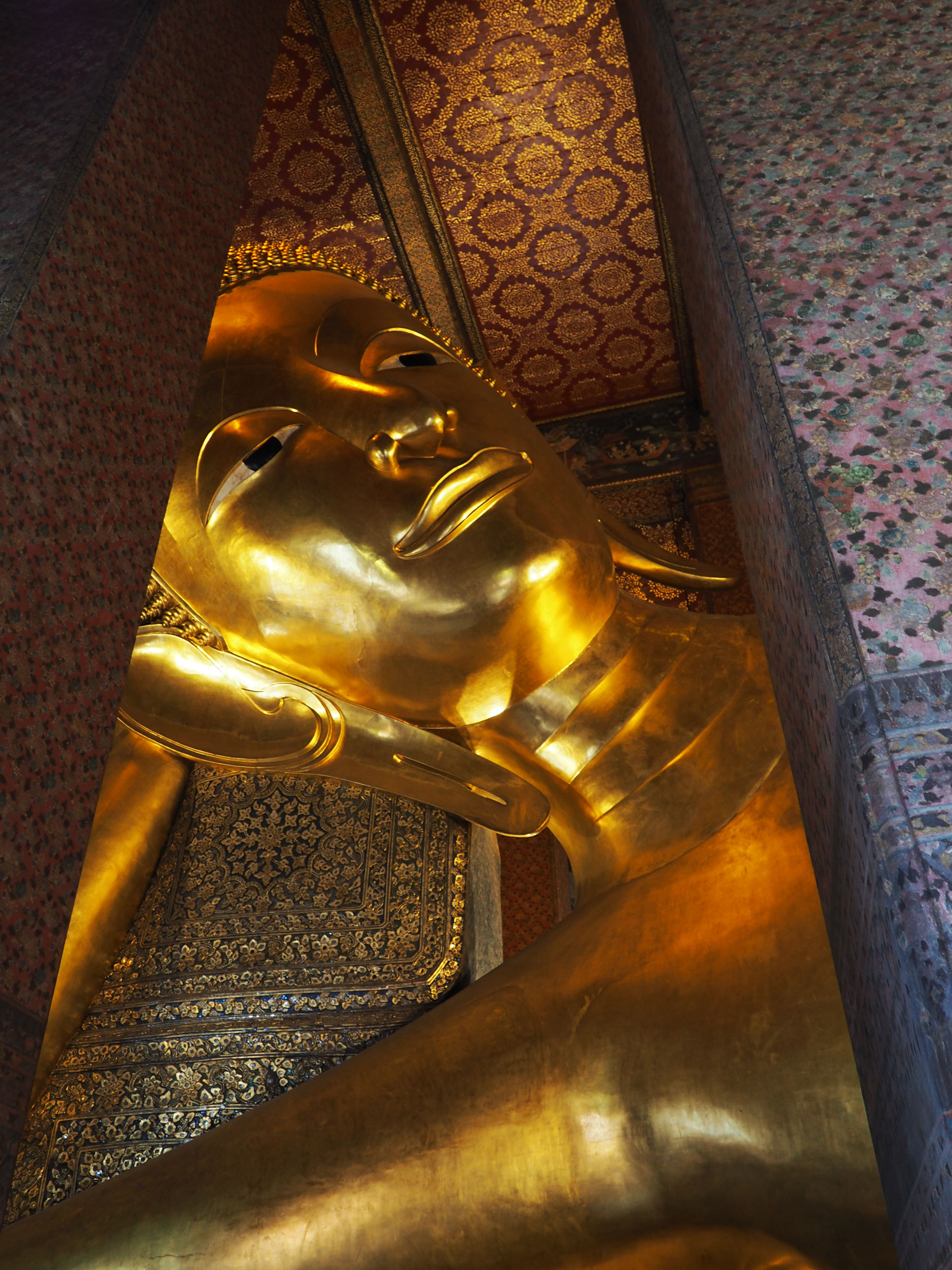 Buda de oro reclinado