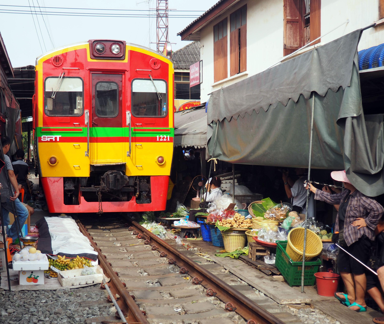 Mercado sobre las vías del tren