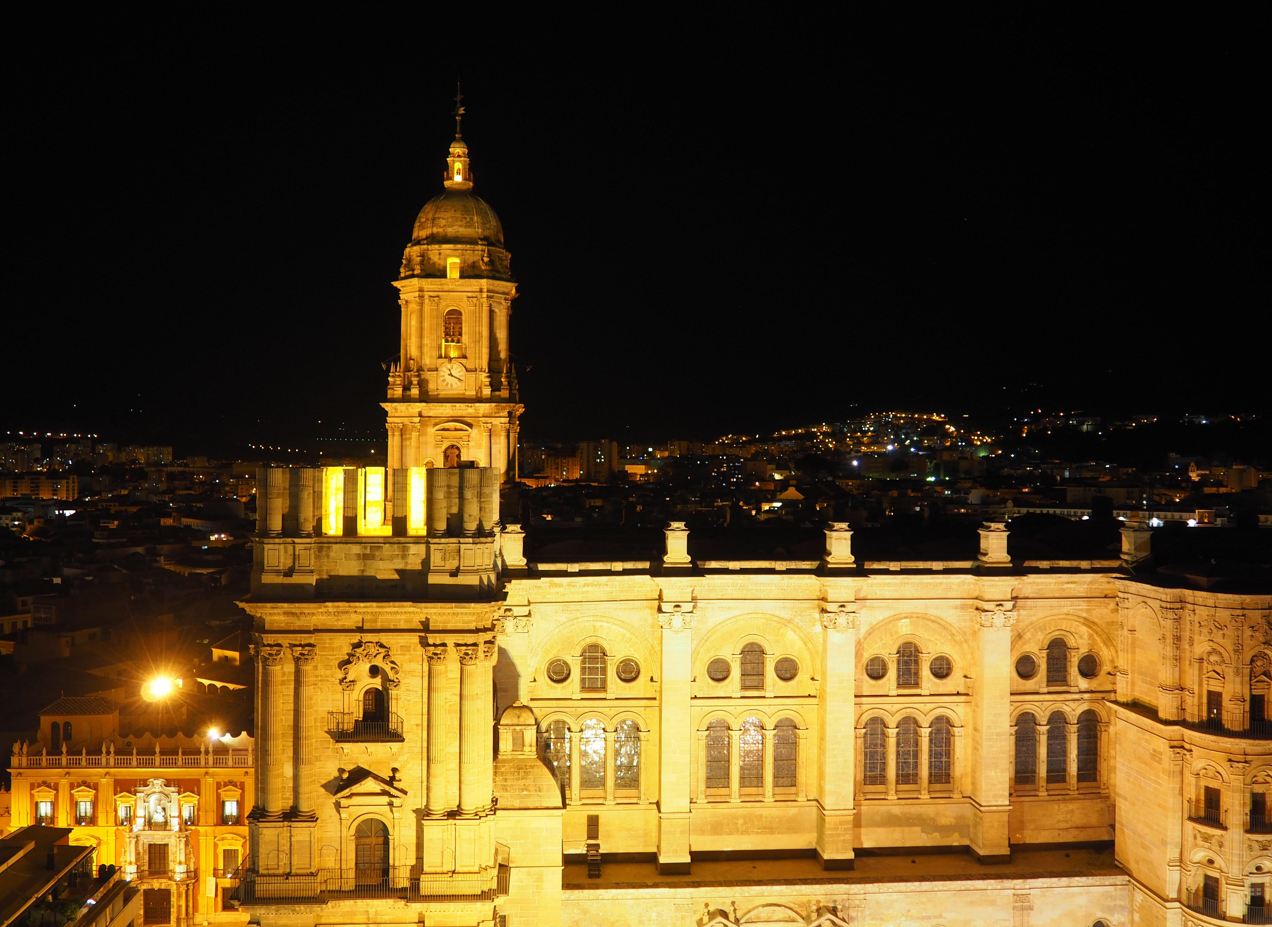 Vistas nocturnas de la catedral de Málaga
